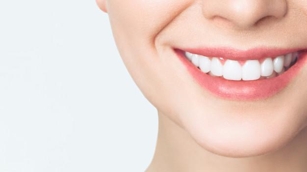 sonrisa-perfecta-dientes-sanos-mujer-joven_168410-759